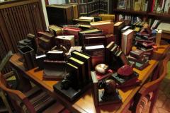 dettaglio tavolo soggiorno con oggetti formato libri