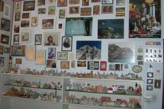 dettaglio studiolo con collezione souvenir di viaggio