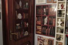 dettaglio porta studiolo e collezione busti personaggi famosi